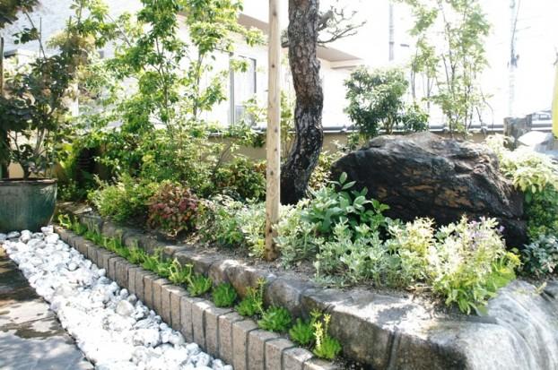 マツと暑さに強い植物と白玉石の小庭 廿日市市N様邸