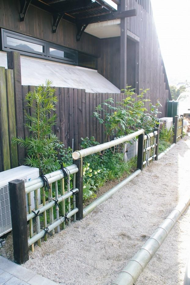 竹垣と竹の車止めのある喫茶店オリザ 廿日市市