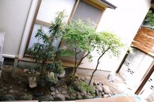堀(白玉石)の中の城をイメージして作ったお庭 【F様邸】