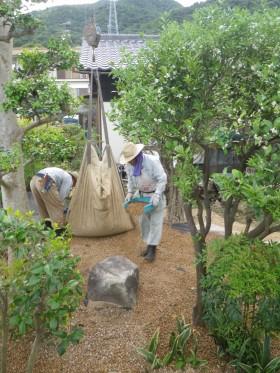 サビ砂利を敷き均し
