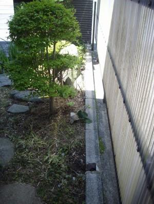 朽ちた柱と竹垣を撤去