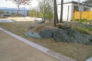 芝生とウッドデッキとハナミズキのある庭 廿日市市 Ⅰ邸