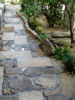 自然石を使った玄関横の石畳工事 廿日市市 T邸